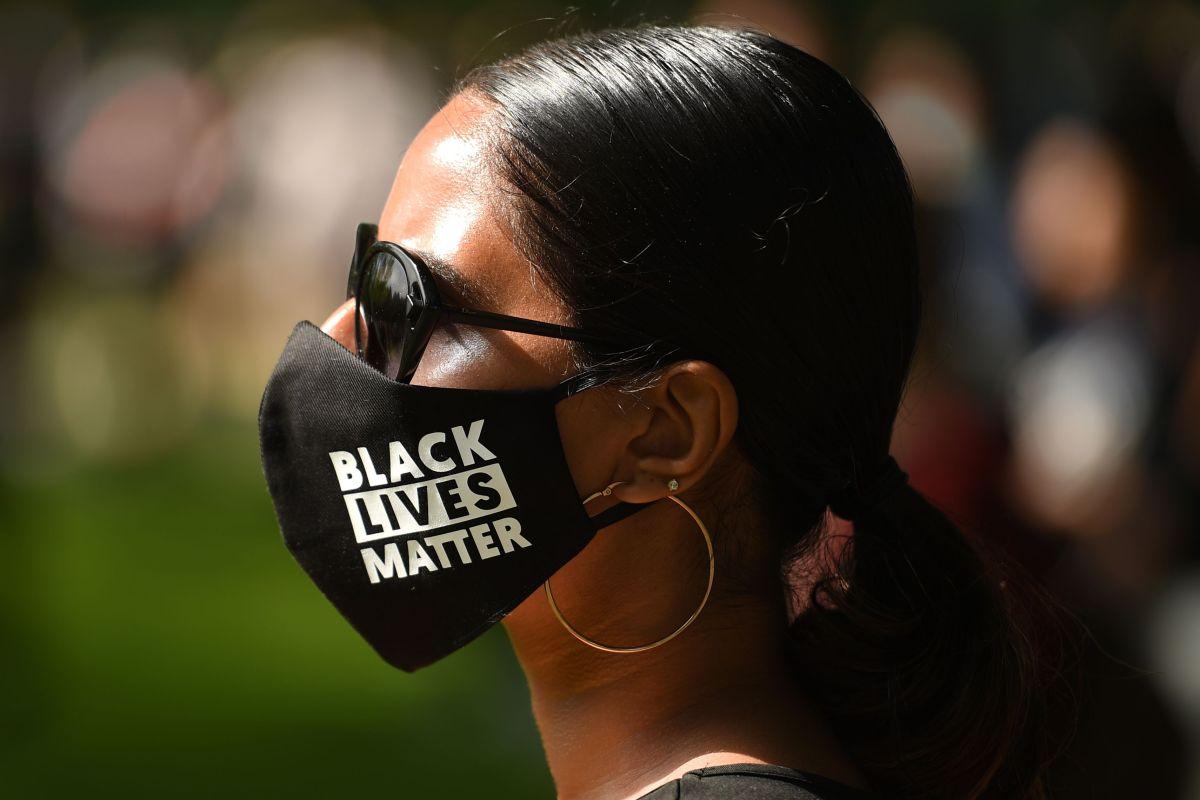 Una manifestante porta una mascarilla del movimiento Black Lives Matter.