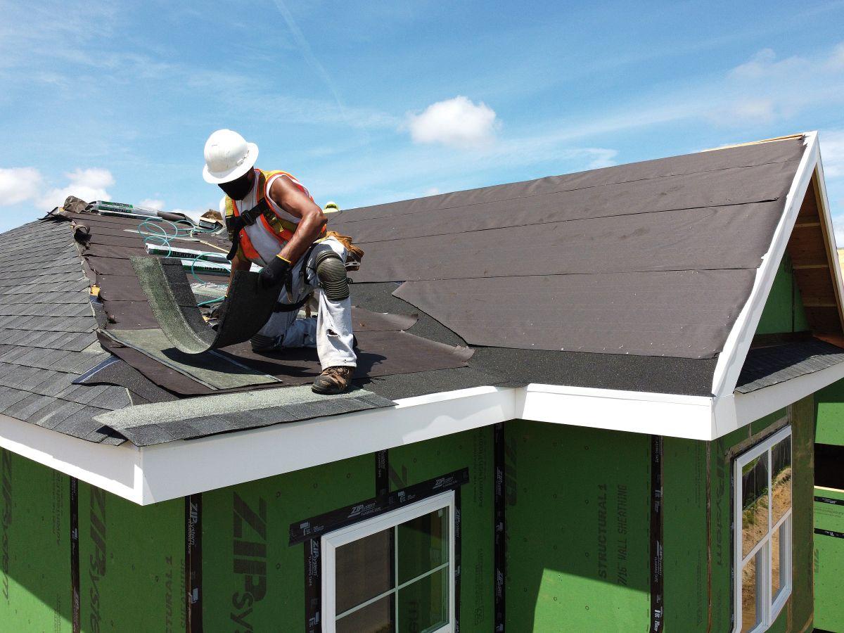 Un obrero de la construcción coloca un techo en Uniondale, Nueva York.