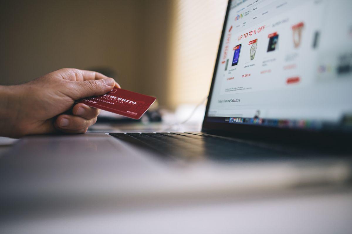 5 razones por las que es más seguro usar tu tarjeta de crédito que la de débito en compras online