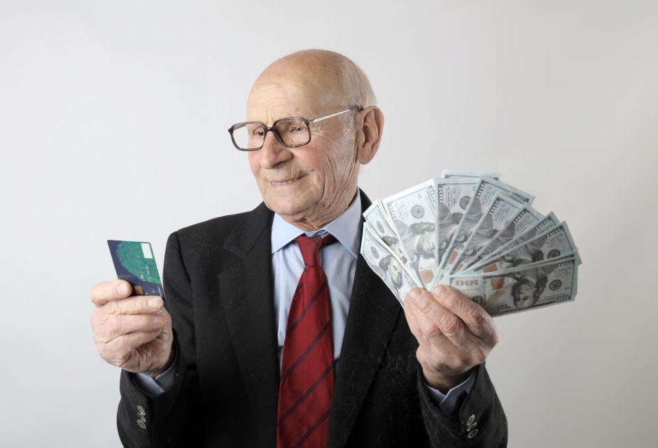 Por qué debo pagar más del mínimo del gasto de mi tarjeta de crédito