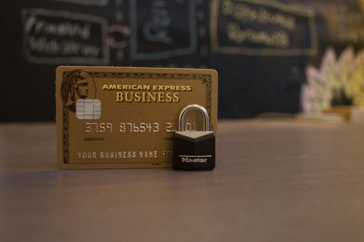 Una tarjeta de crédito asegurada puede ayudarte a mejorar tu puntaje de crédito.