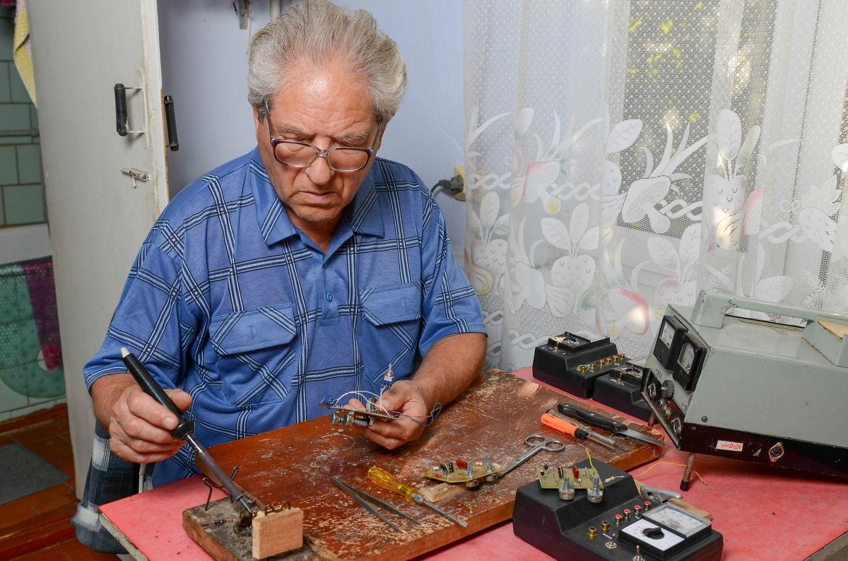Muchos adultos mayores no están trabajando por elección, sino para ganarse la vida.