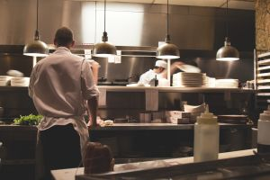 ¿Se cumple el temor de los republicanos? La industria de restaurantes sufre por contratar personal que prefiere su cheque de estímulo
