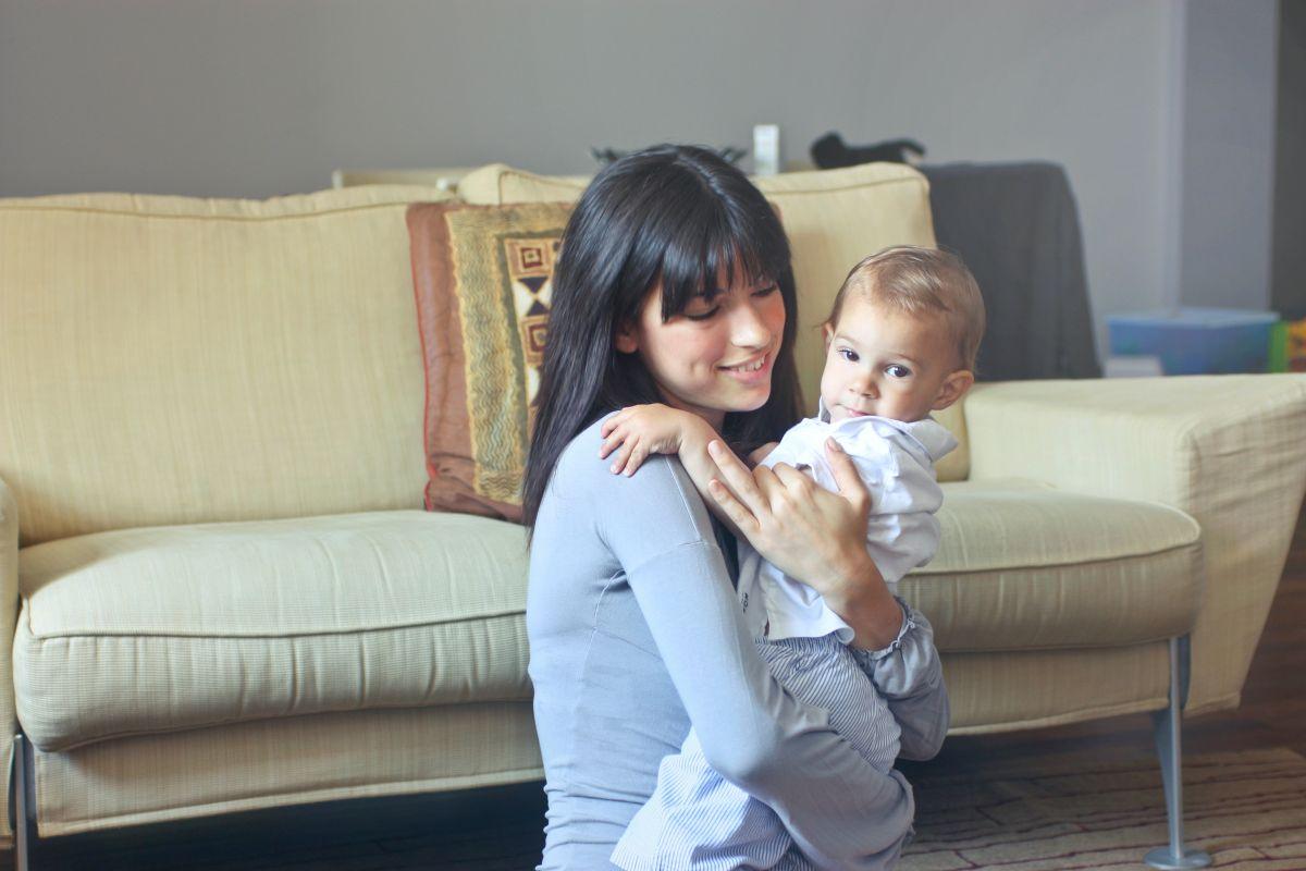 """Cuál es la diferencia entre trabajar como niñera y """"babysitter"""" y cuánto se cobra en cada caso"""