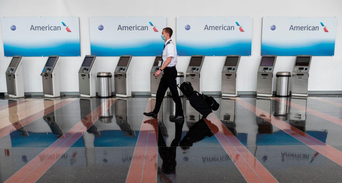 American Airlines podría dar licencias laborales a 25,000 empleados