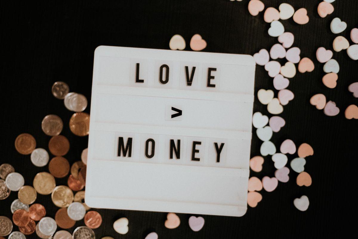Cómo tu relación sentimental puede afectar tu educación financiera