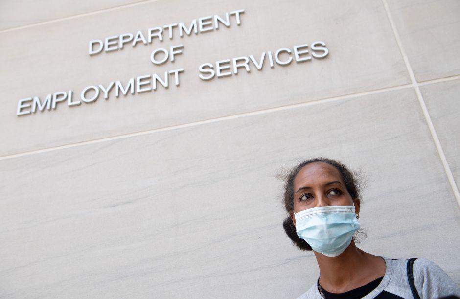 Solicitudes semanales de ayuda por desempleo bajan del millón por primera vez desde marzo