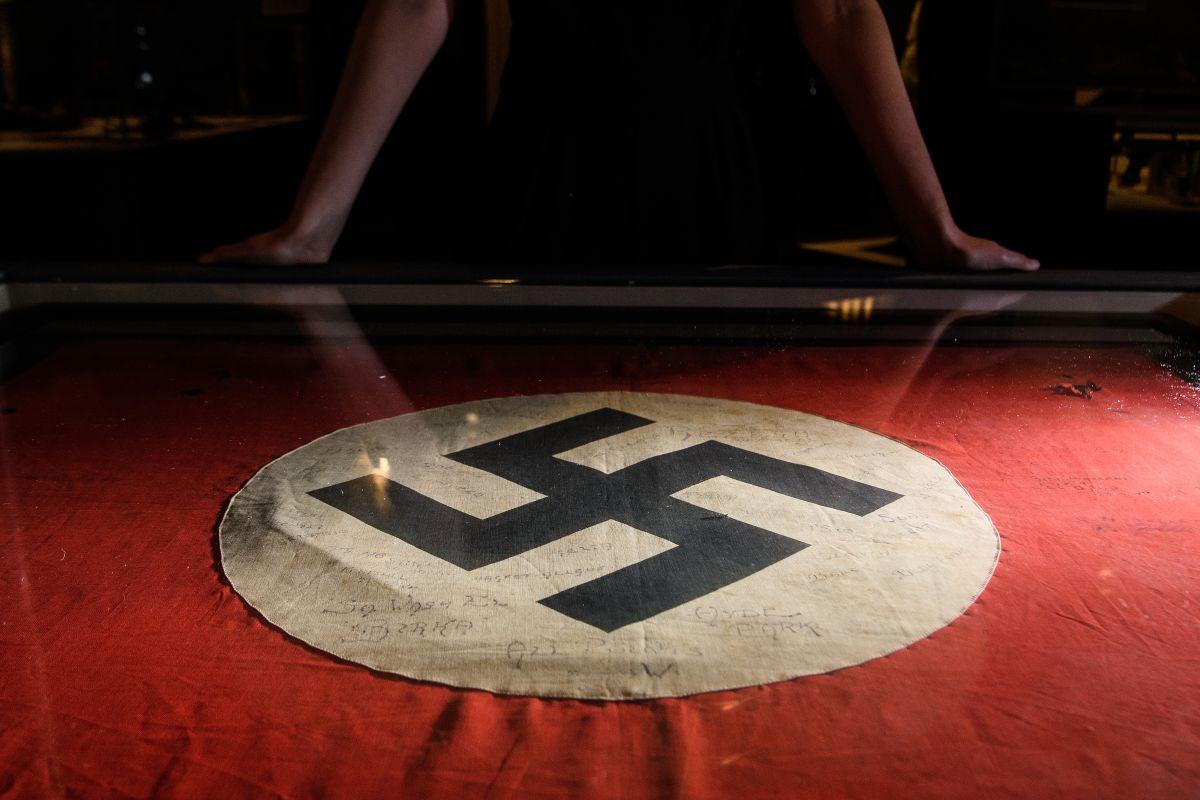 Walmart prohíbe a pareja de Minnesota visitar sus tiendas un año por usar banderas nazis como cubrebocas