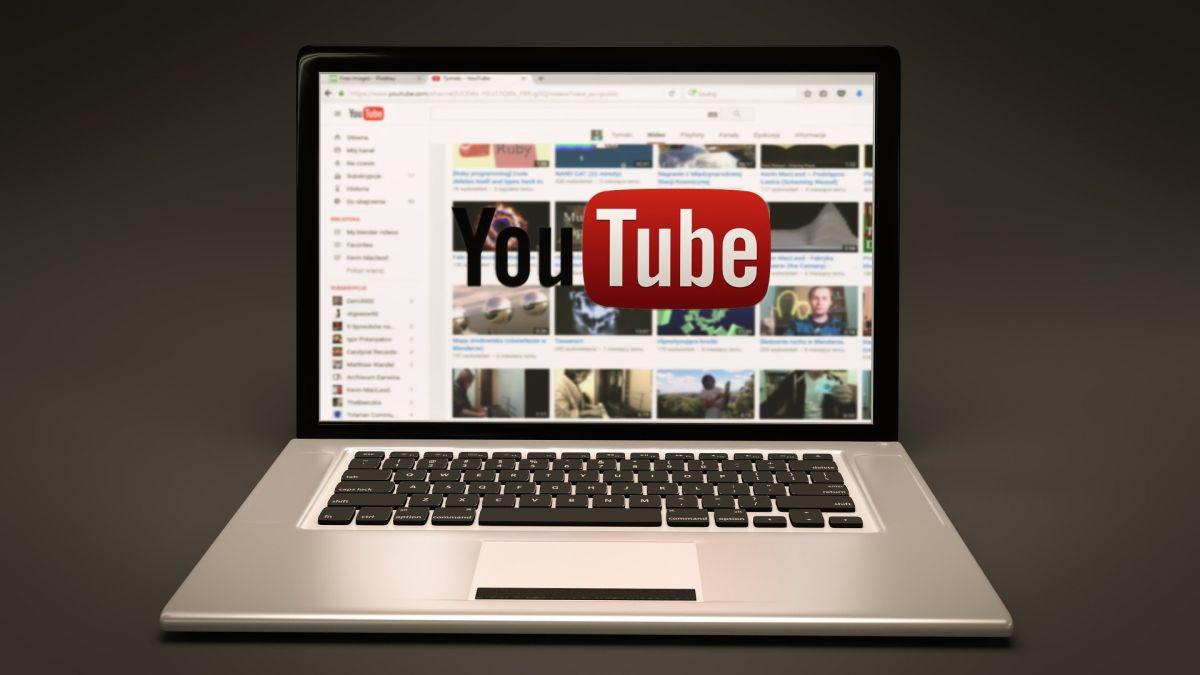 Piensa en que tu primer video debe ser de introducción clásica, que sepan quién eres, de qué trata tu canal y por qué eres diferente a los demás.