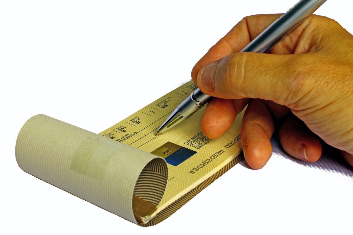 Cobrar un cheque para las personas que no tienen una cuenta puede ser costoso para el beneficiario.