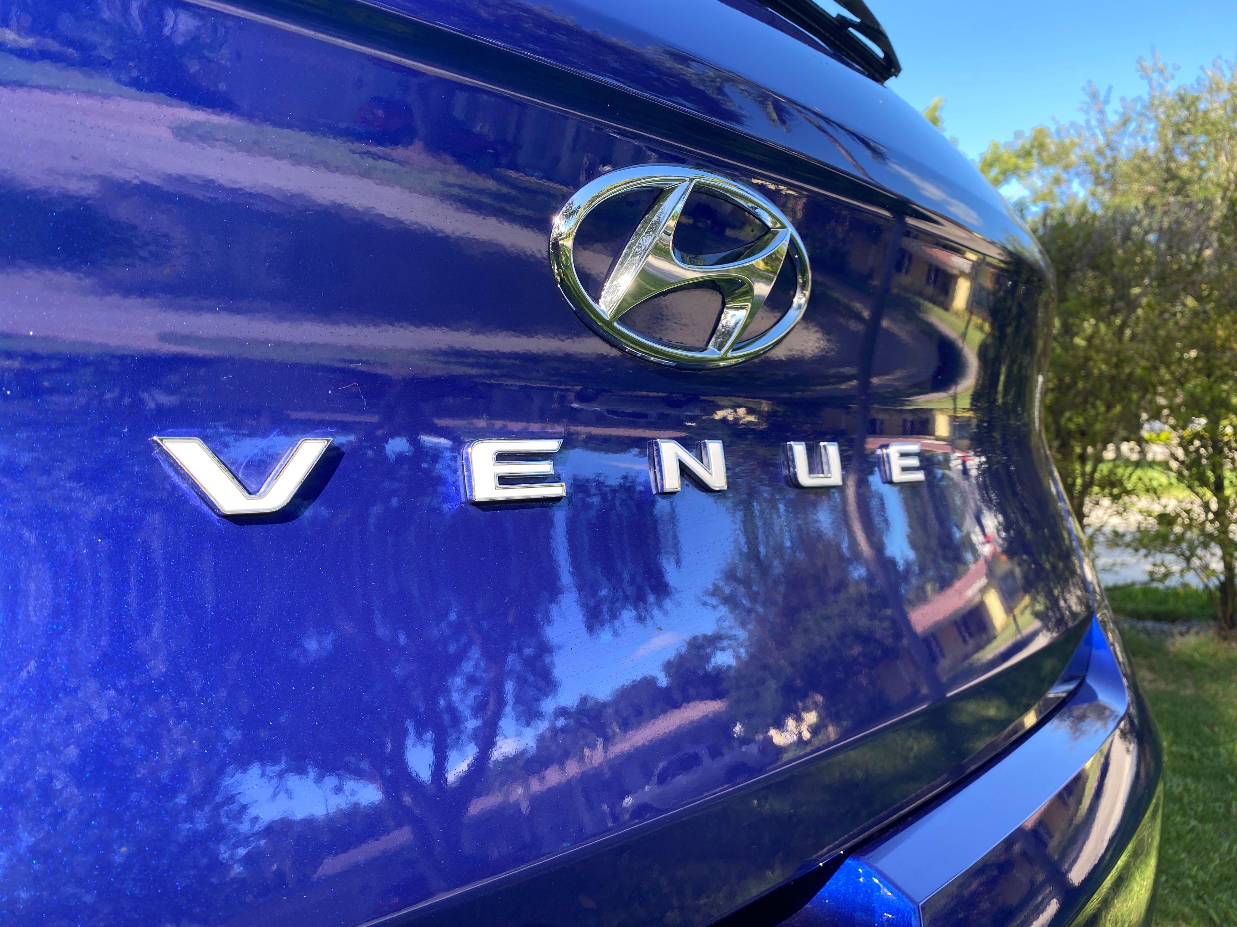 El Hyundai Venue SEL 2020 que manejé esta semana tenía precio base de $19,250 y total de $23,280, con un par de paquetes opcionales.