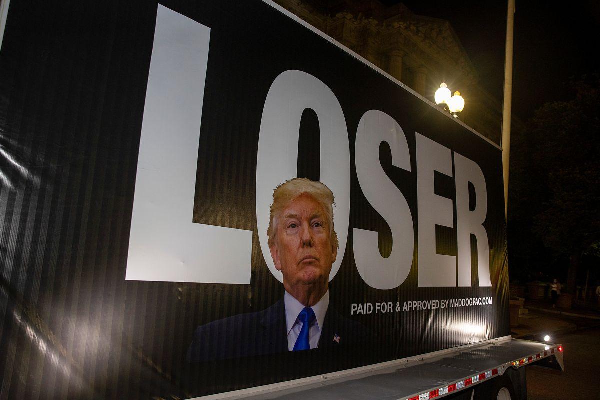 Un anuncio contra el presidente Trump en una camión, cerca de la sede de la Convención Nacional Republicana.