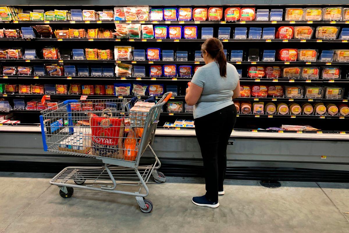 Estadounidenses gastan menos en alimentos a la espera del segundo cheque estímulo