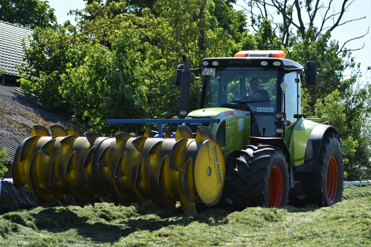Un granjero o gerente agrícola también es un gran trabajo con perfil salarial idóneo y sin diploma de universidad. El salario promedio anual de esta posición es de$69,300 dólares.