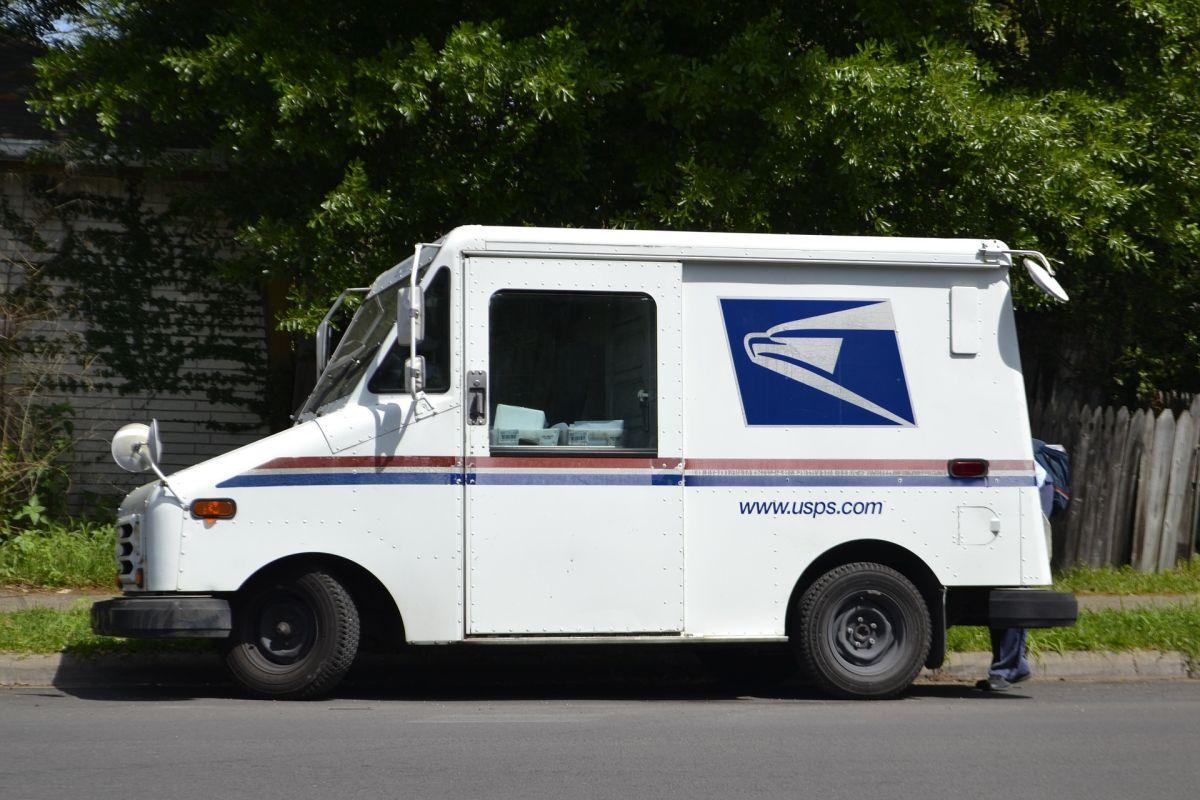 Según la Oficina de Estadísticas Laborales, la mayoría de los trabajadores postales son empleados de tiempo completo del gobierno federal con salario medio de $52,060 dólares anuales.
