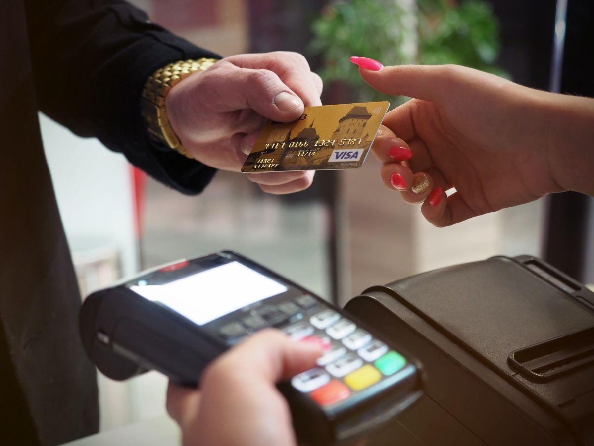 Por qué te serviría mucho establecer un límite de gasto para tu tarjeta de débito o crédito con tu banco