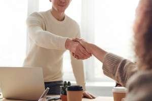 Cómo saber si te conviene ese trabajo que te ofrecen, sin pensar solo en el dinero