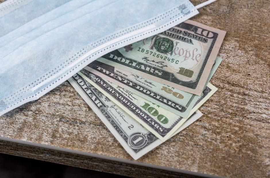 Si recibo un segundo cheque de estímulo, ¿debería ahorrar, pagar mis deudas o gastármelo en vacaciones?
