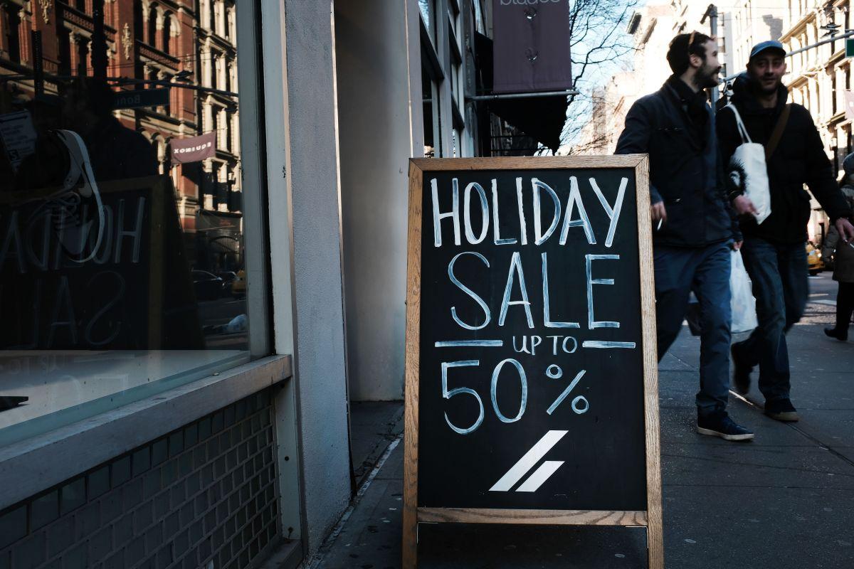 Minoristas se preparan para una temporada navideña muy a la baja