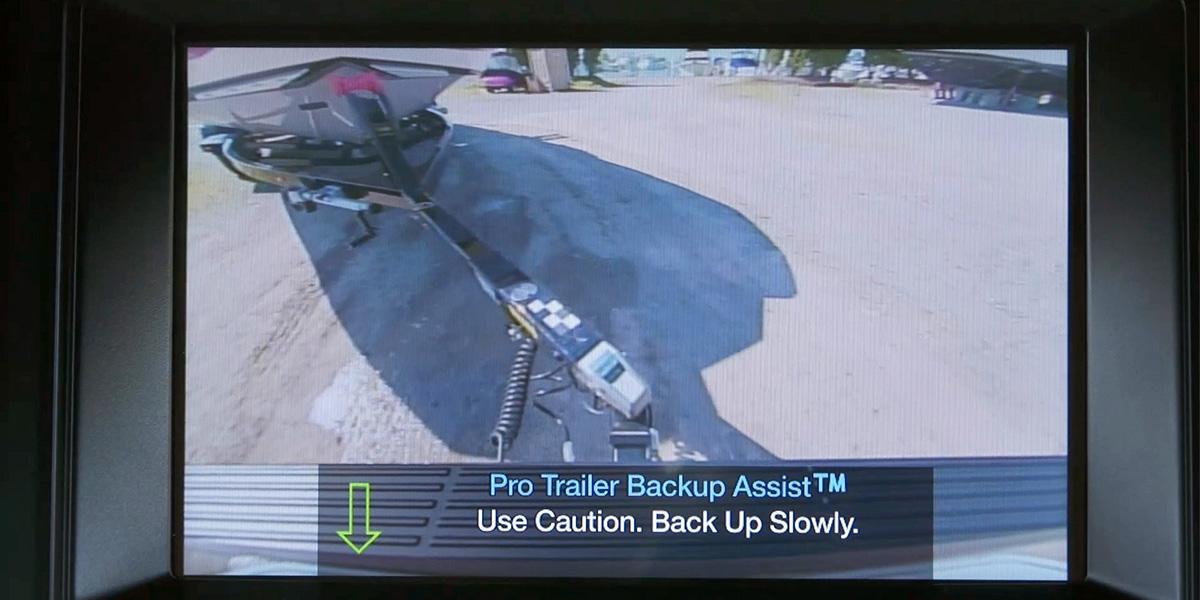 Las camionetas Ford ofrecen un Asistente Pro Trailer Backup para facilitar el control remolque.
