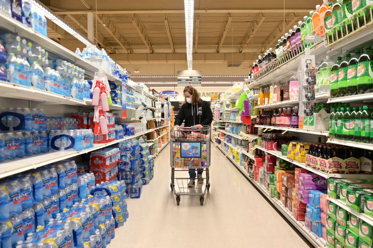 Almacenes y tiendas de comestibles se preparan por miedo a nueva ola de coronavirus