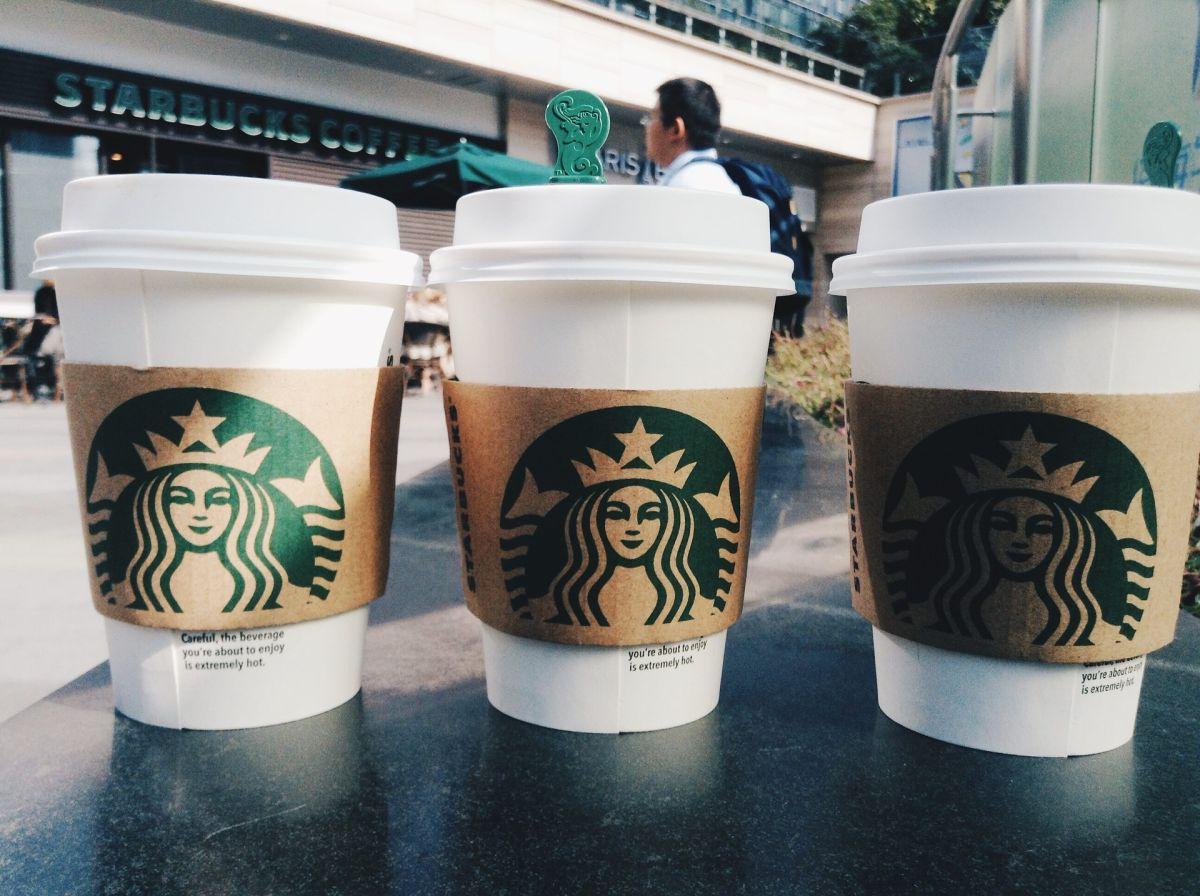 Starbucks enfrenta escasez de tazas y jarabe con el aumento de las ventas