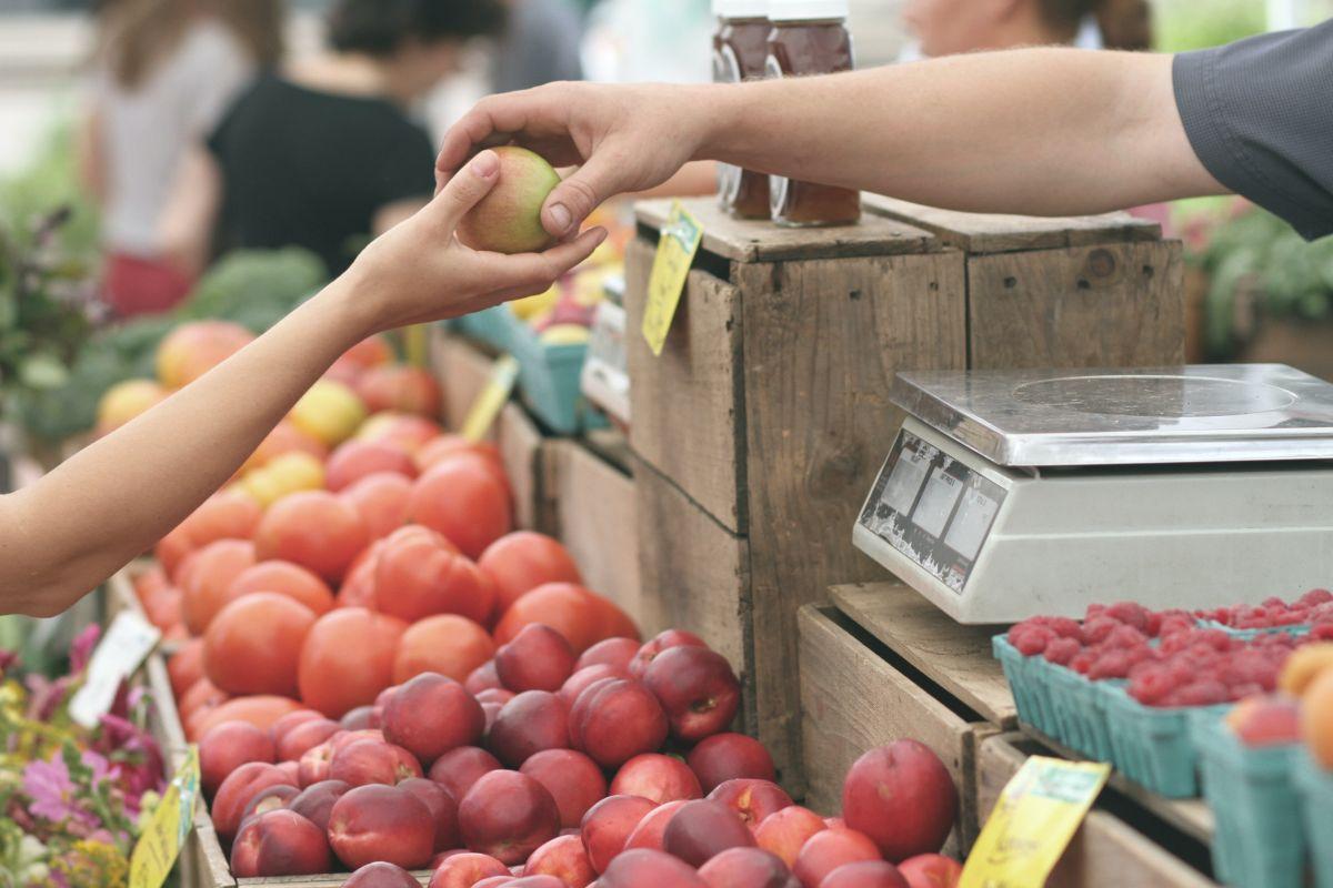 Ahorra gastos en tus alimentos al comprar en un mercado de productores