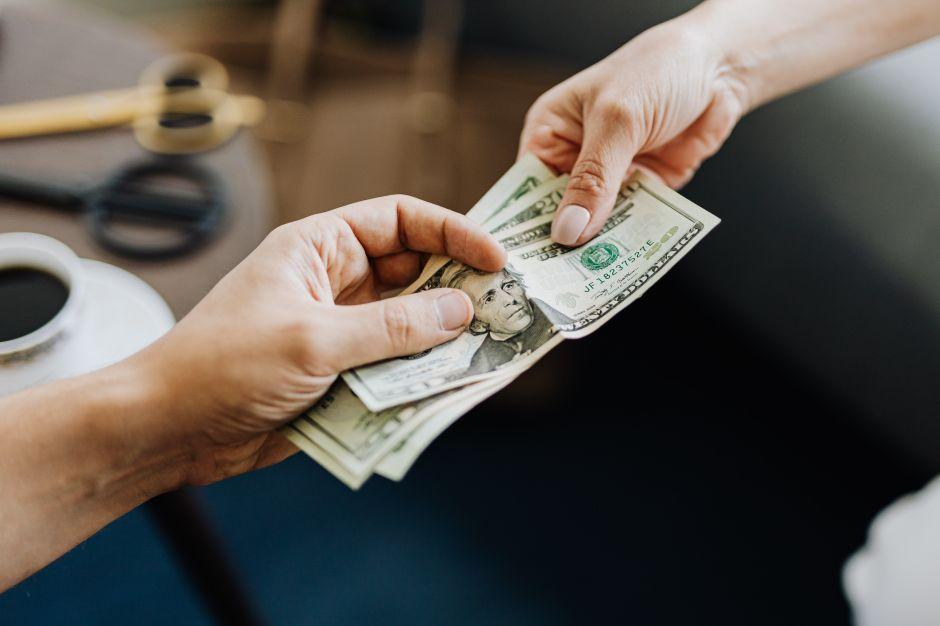 10 errores que no debes cometer al prestar dinero a amigos y familiares