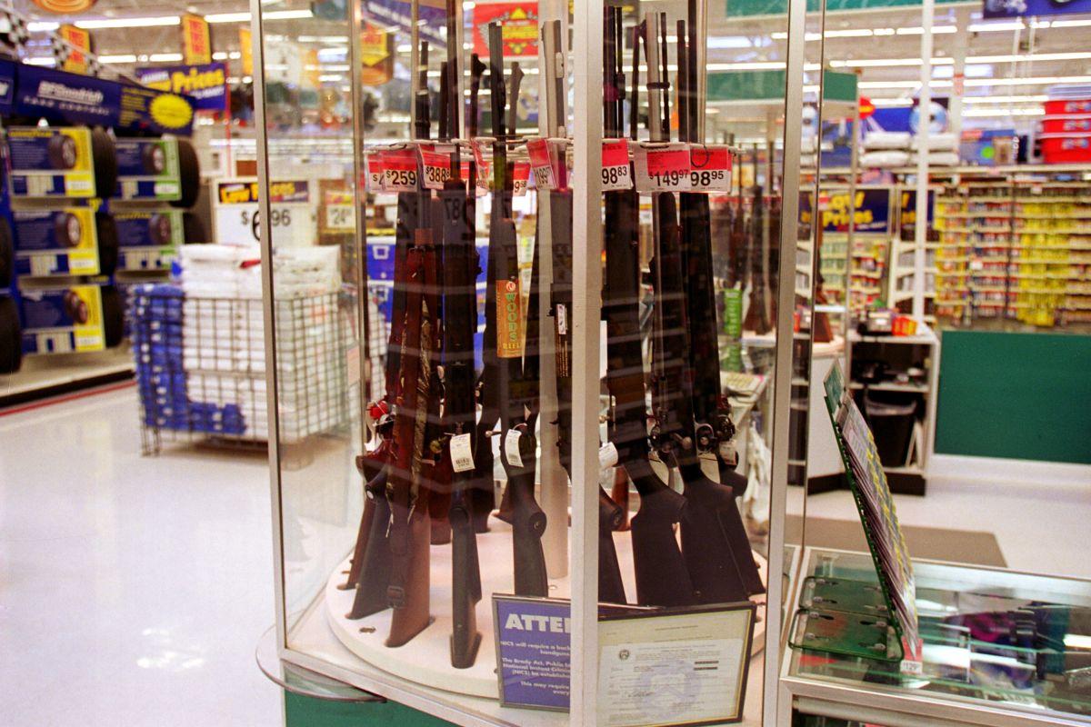 Walmart retira armas y municiones de las estanterías, pero seguirán a la venta por pedido