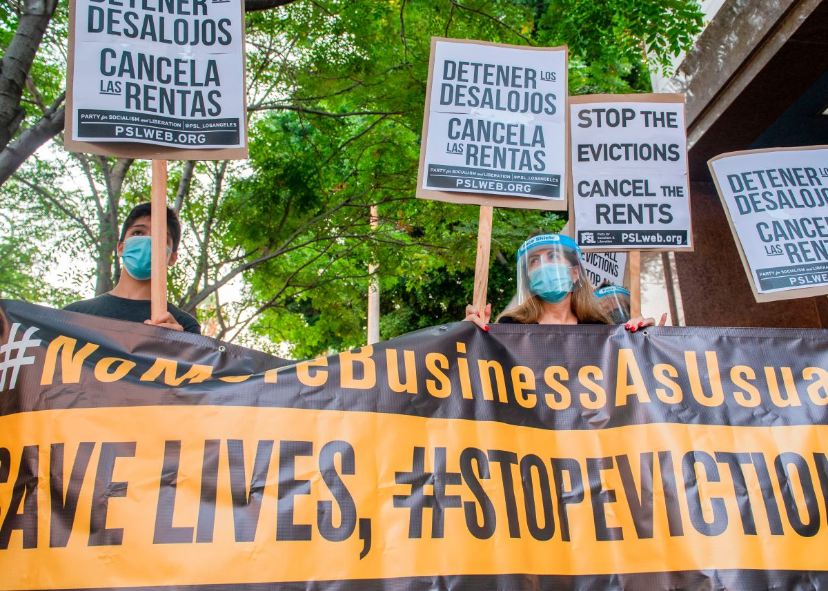 Manifestantes contra los desalojos protestan afuera de una corte en Los Ángeles, California.