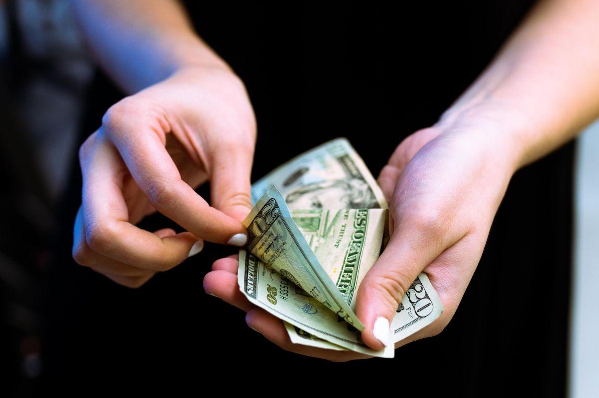 Cómo pagar facturas en el extranjero con transferencias de dinero internacionales