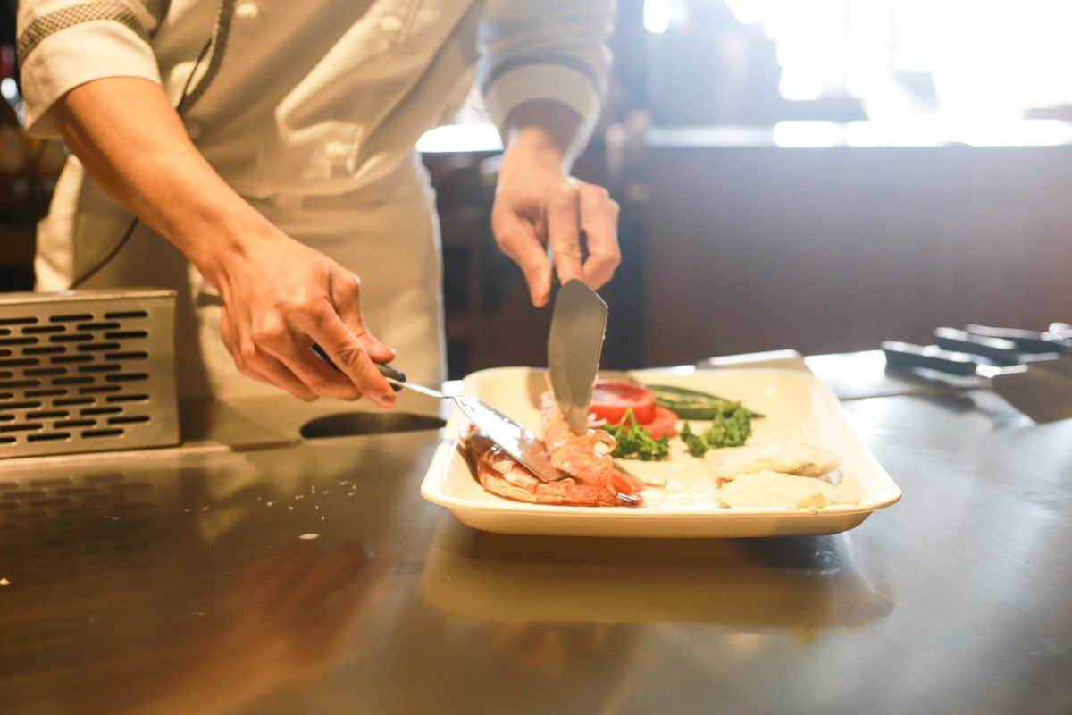 Hay empleos abiertos al público como cocinero, bartender, camarero, asistente de alimentos y bebidas, empleado de ventas, entre otros más.