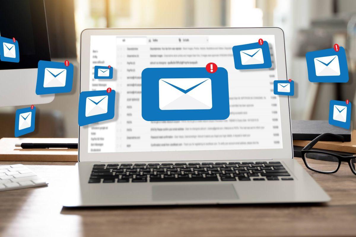 La comunicación a través de e-mail es fundamental en el entorno laboral.