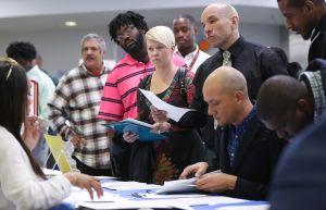 Las solicitudes iniciales de ayuda por desempleo mantienen tendencia a la baja por cuarta semana consecutiva