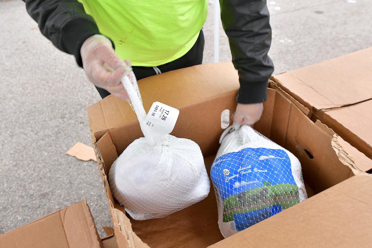 Bancos de alimentos redoblan esfuerzos para entregar comidas en Día de Acción de Gracias
