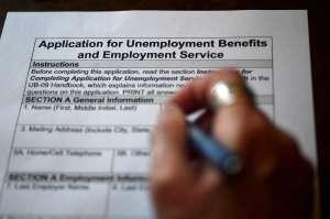 Los cheques de estímulo y los beneficios por desempleo sacaron a 1.6 millones de estadounidenses de la pobreza en enero