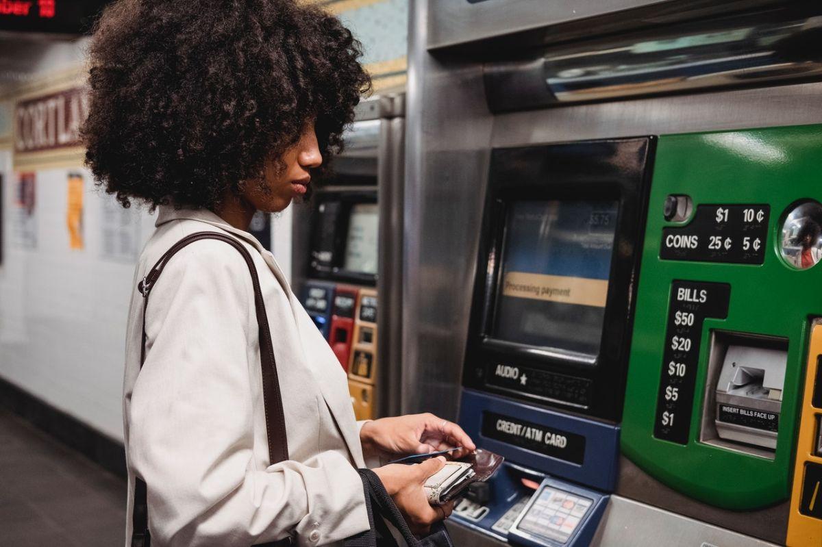 Mandar dinero al extranjero puede resultar costoso por las tarifas.