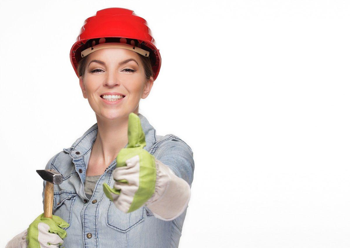 Puedes considerar la oportunidad de hacer que los lugares de trabajo de construcción sean más seguros, convirtiéndote en técnico de seguridad. Si quisieras salir al campo y construir con tus manos, puedes convertirte en un profesional de la artesanía.