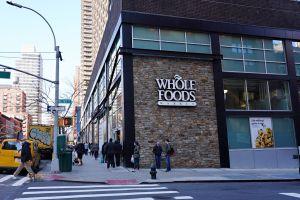 Por qué autoridades de Estados Unidos obligan a Amazon a retirar alimentos de Whole Foods Market