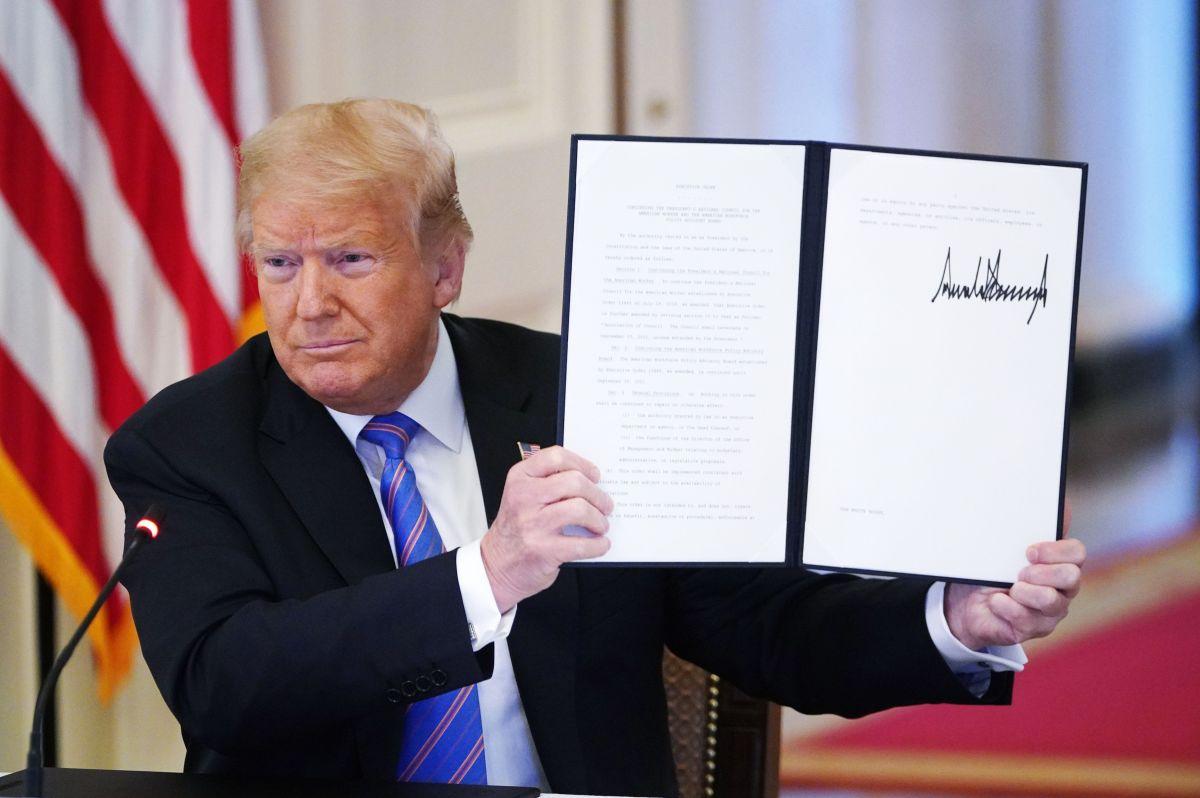 El presidente Donald Trump firma el paquete de estímulo del coronavirus y el presupuesto federal para 2021