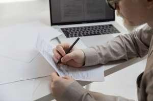 Qué formularios relativos a salarios indica el IRS que deben presentarse antes del 10 de febrero