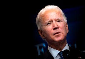 Biden está dispuesto a negociar quién recibirá y quién no el tercer cheque de estímulo para sacar adelante la medida