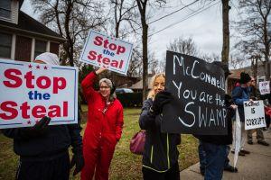 Tras la no aprobación del aumento al segundo cheque de estímulo vandalizan las casas de McConnell y Pelosi