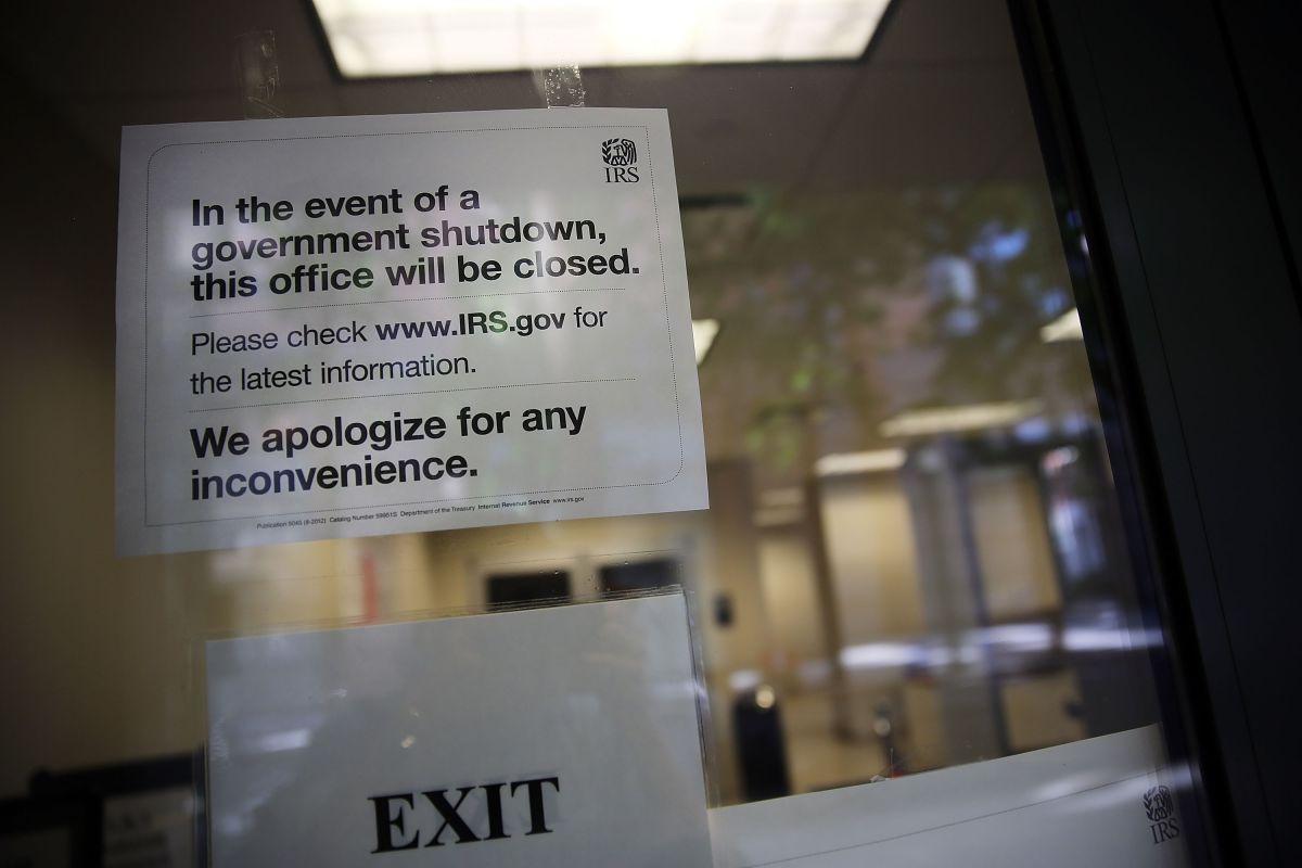 Reembolsos y cheques de estímulo se acumulan por los problemas operativos del IRS, ¿cómo te afecta eso?