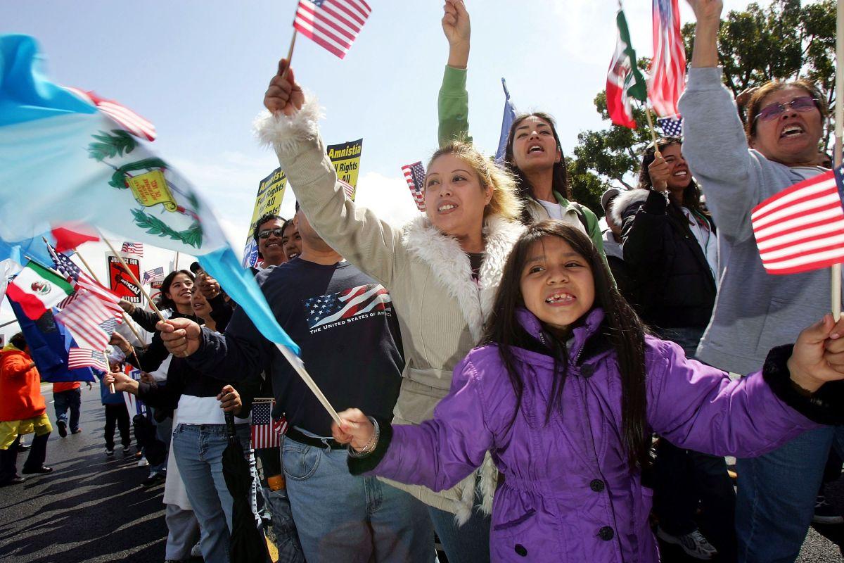Los hijos estadounidenses de inmigrantes indocumentados podrían recibir cheques de estímulo