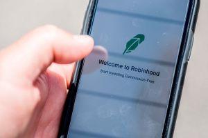 """Qué pasó con la app Robinhood que """"se quedó sin Dogecoin"""" para vender"""