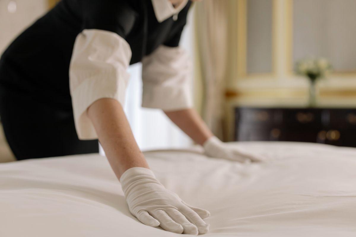 Esta ley promueve que los empleadores de hoteles, centros de eventos, hotelería en aeropuertos y limpieza recontraten primero a los trabajadores despedidos durante la pandemia tan pronto pueda haber puestos disponibles.