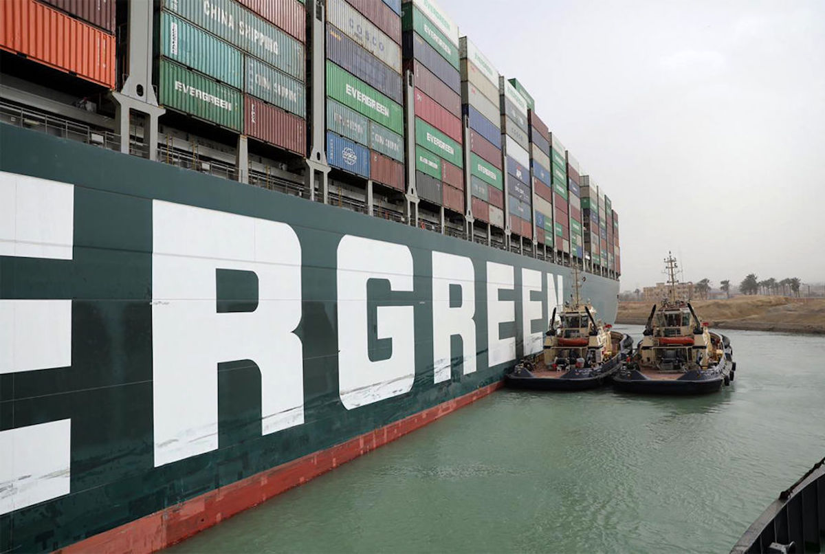 La embarcación propiedad de la naviera Evergreen obstaculiza el paso por el canal de Suez.