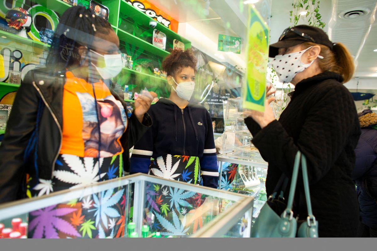 Una mujer recibe información sobre la cannabis en un local de Nueva York.