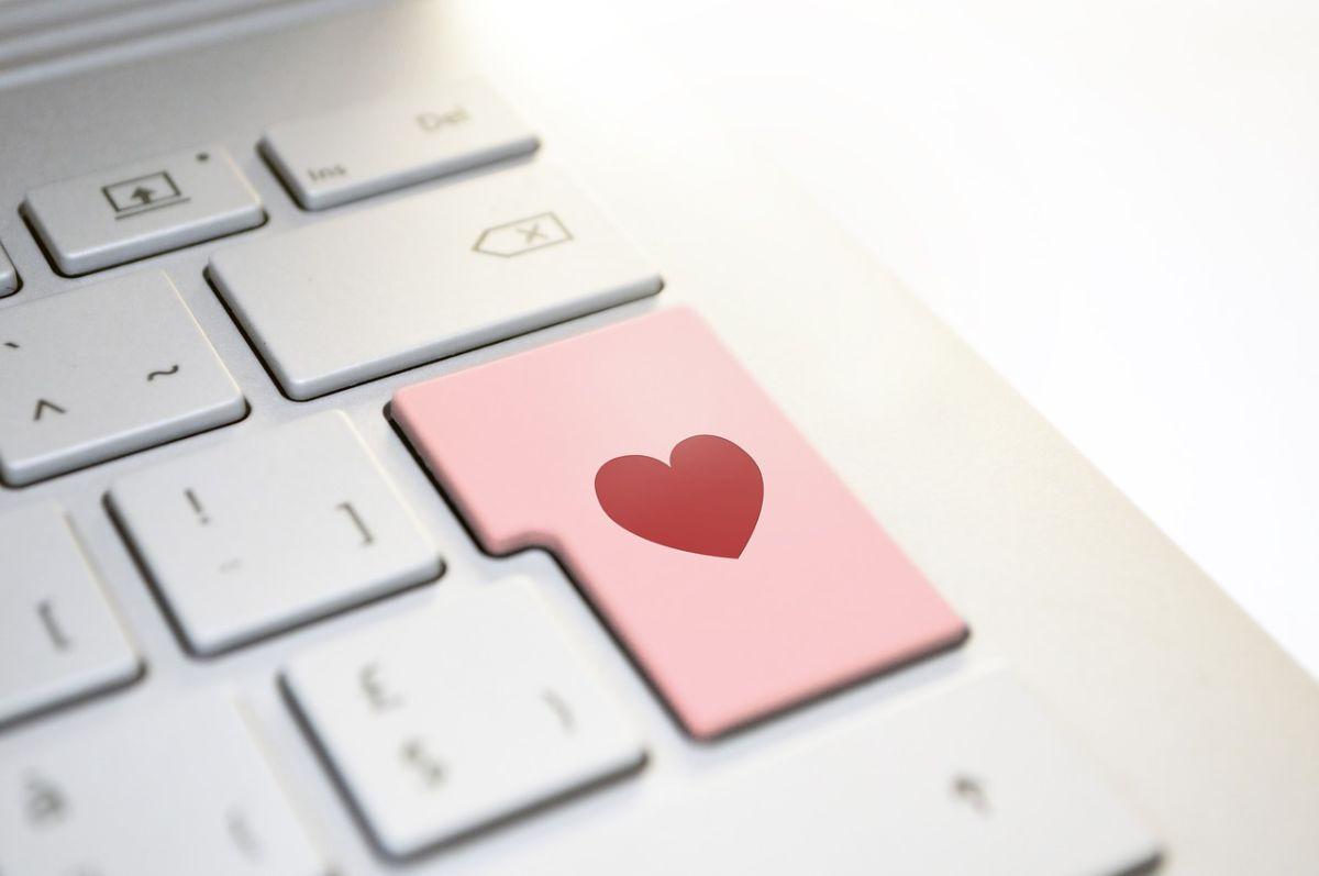 Herramientas digitales como internet son las fuentes de las estafas románticas.